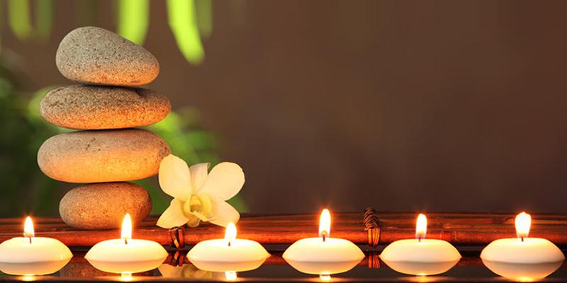 candele accese sfondo sfocato benessere meditazione
