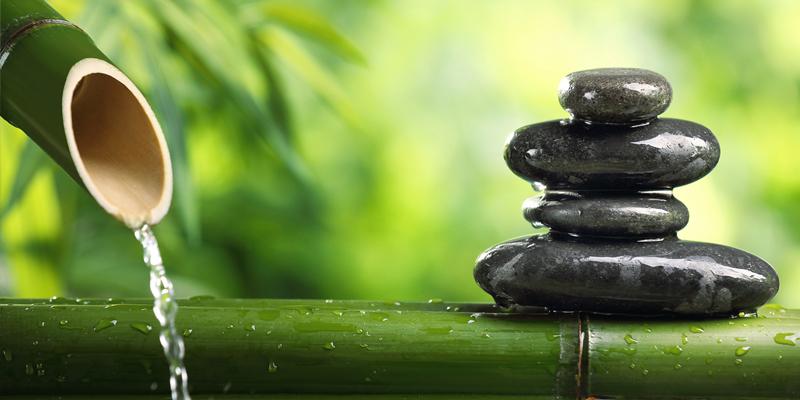 acqua fuoriesce da canna di bambù sassi in equilibrio su canna meditazione benessere