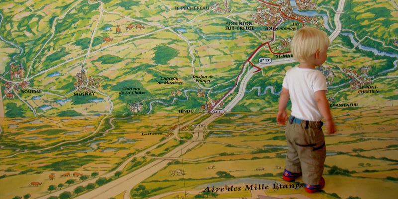 mappa gigantesca con bambino che cammina sopra