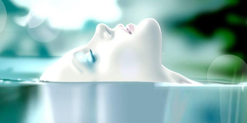 donna riposata con testa dolcemente in acqua respiro rinascita rebirthing benessere pace tranquillità