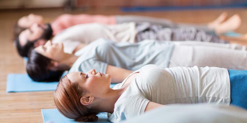 persone sdraiate fanno esperienza di respiro consapevole